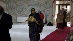 Dr Omnia Marzouk takes a bouquet for Guru Granth Sahib Ji