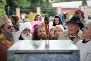 Imam Umer A. Ilyasi, Bhai Sahib Mohinder Singh, Pujya Swami Chidanand Saraswatiji, Prof. Johannes Witteveen and Brigitte van Baren collectively lighting the peace flame at the Peace Flame Monument, International Peace Palace, The Hague.